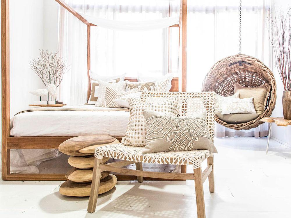Bilde av et interiør i lyse toner og puter fra Bandhini Home design i nordisk eleganse og interiørtrender 2020 Savannen Interiør