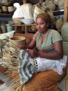 Hun lager nydelige vaser med gammel fletteknikk i ny design