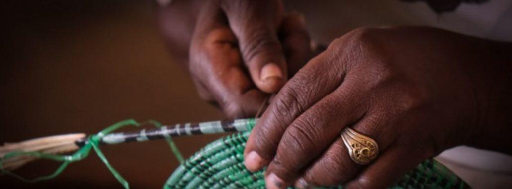Bildet avv hvordan en I Love my basket kurv lages med resirkulerte plastposer og elvegress