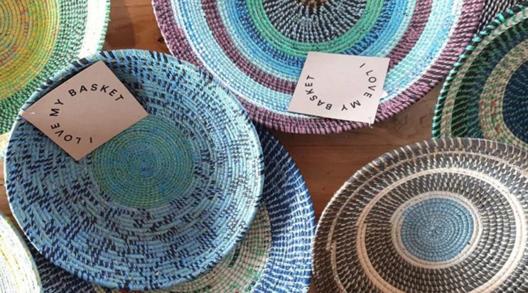 I-love-my-basket-fargerike-kurver-håndflettet-av-resirkulerte-plastposer