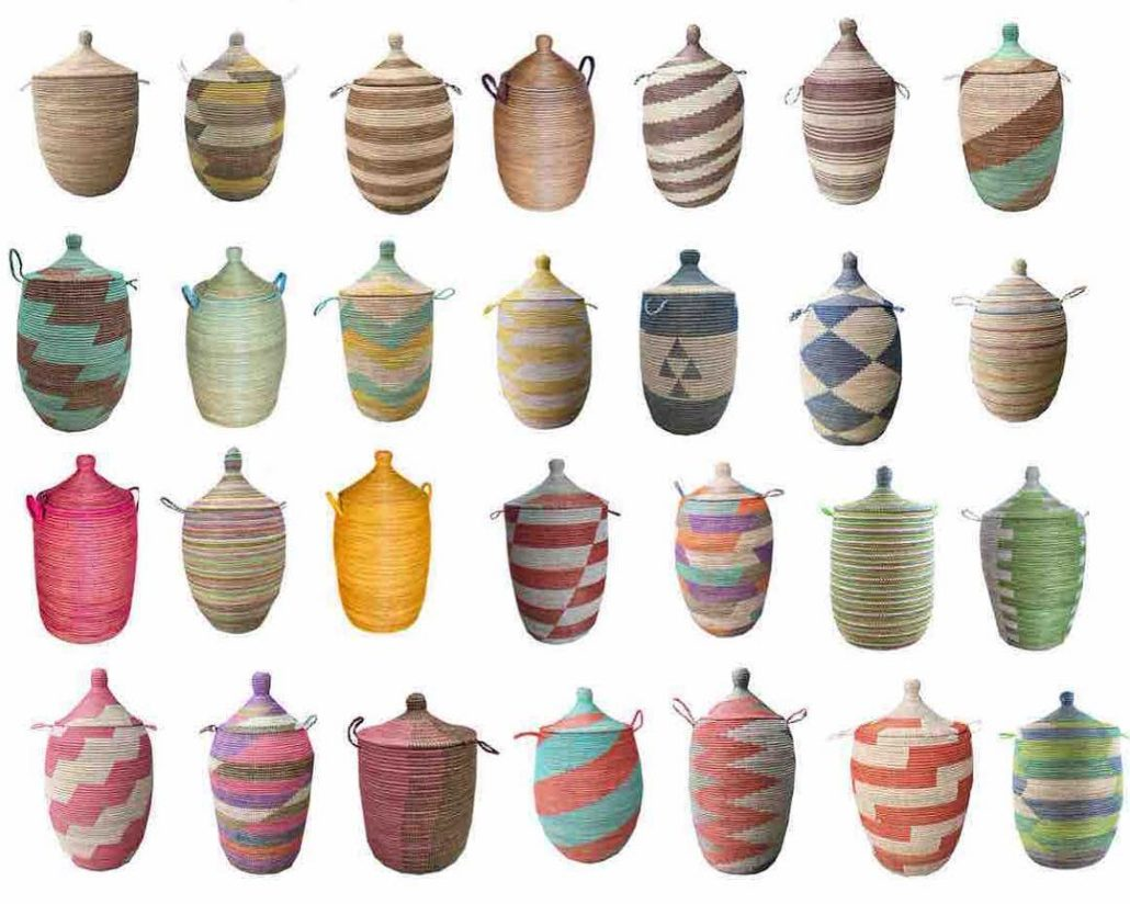 Kumbakurver i glade farger laget av plastavfall i Sengal