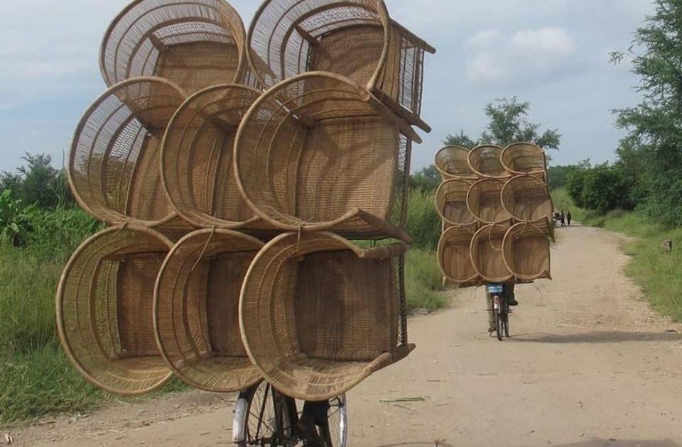 Malawistoler med bærekraftig frakt - bilde av 9 kurvstoler som fraktes på en sykkel.
